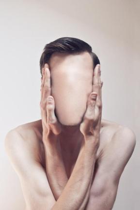 uomo senza faccia