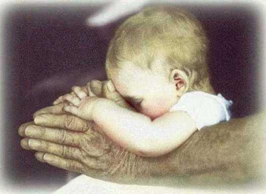bambino nelle mani del nonno.jpg